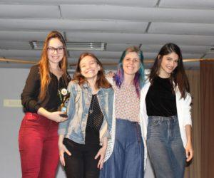 Prêmio de Melhor Maquiagem e Cabelo 3º ano - Filme Divina Tragédia, entregue pela profª Dani Boff — em Colégio Santa Doroteia.