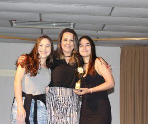 Prêmio de Melhor Figurino 1º ano - Filme Um Certo Capitão Rodrigo, entregue pela profª Evelin Souza — em Colégio Santa Doroteia.