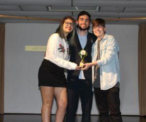Prêmio de Melhor Fotografia 1º ano - Filme Ana Terra, entregue pelo responsável pelo Suporte Técnico Carlos Schüttz — em Colégio Santa Doroteia.