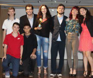 Prêmio de Melhor Fotografia 3º ano - Filme O Homem à Terra Retorna, entregue pelo responsável pelo Suporte Técnico Carlos Schüttz — em Colégio Santa Doroteia.