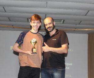 Prêmio de Melhor Ator 1º ano - Luiz Henrique Quaresma, entregue pelo prof.Maurício Alves de Campos