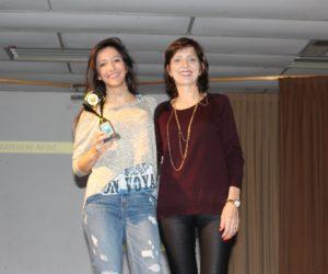 Prêmio de Melhor Atriz 3º ano - Paula Corália, entregue pela profª Janete Martins Timm — em Colégio Santa Doroteia.